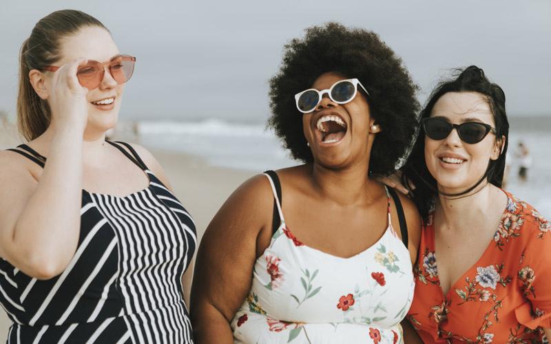 Photo de trois femmes riant, pleines de confiance. Crédit : Freepik