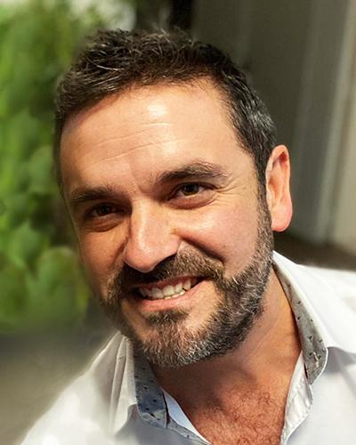 Portrait photo d'Olivier Bourgouin, hypnothérapeute et coach de vie à Nantes